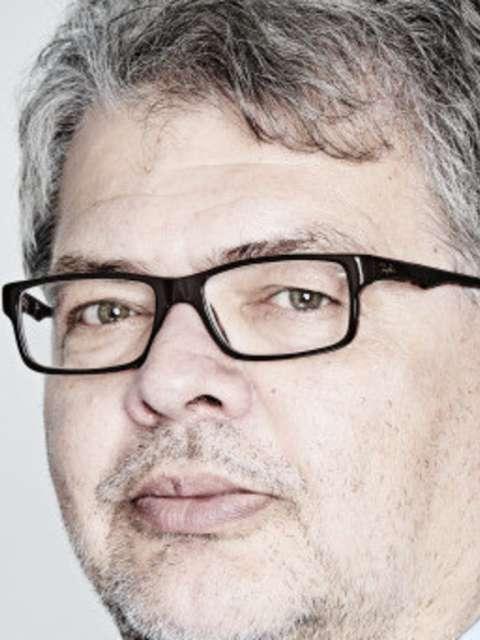Portät eines Mannes mit Anzugkragen und Brille